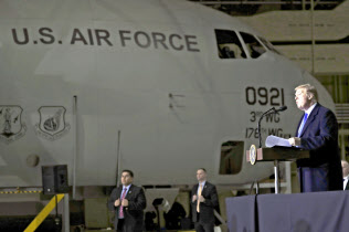 28日、米アラスカ州の米軍基地で演説するトランプ大統領=AP