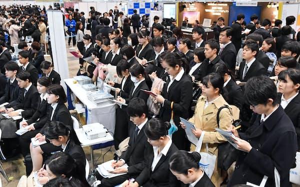 合同説明会で企業の説明を聞く学生たち(千葉市美浜区の幕張メッセ)