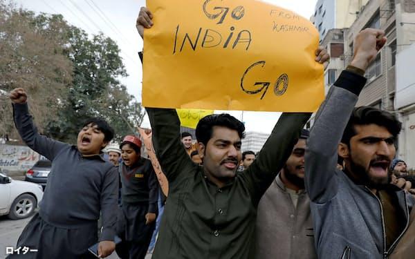 パキスタンのペシャワルで2月26日、インド軍機の越境空爆に抗議するデモが繰りひろげられた=ロイター