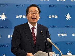 記者会見する公明党の斉藤幹事長(1日、国会内)