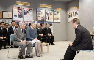 水俣病資料館語り部?#20301;?#20250;長の緒方正実さん(右)の話を聞く天皇、皇后両陛下(2013年10月、熊本県水俣市)=共同