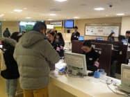 春節期間に阪急うめだ本店の免税カウンターは訪日客でにぎわった(大阪市)