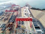 川崎重工の中国合弁会社、大連中遠海運川崎船舶工程(DACKS)の新ドック(中央)