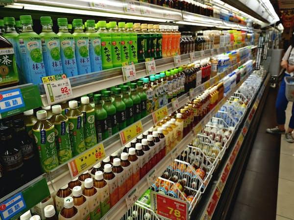 物流費や販管費などの増加が清涼飲料メーカーの利益を押し下げる(都内のスーパー)