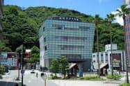 徳島の観光拠点、阿波おどり会館では毎日、有名な踊り団体の阿波おどりが鑑賞できる(徳島市)