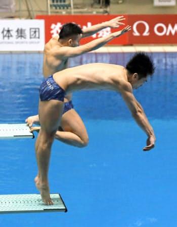 男子シンクロ板飛び込み 5回目の演技で板から滑り落ちた寺内健(奥)。手前は坂井丞(1日、相模原市立総合水泳場)=共同