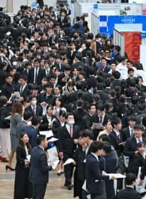 採用活動が解禁になり、企業の合同説明会に訪れた学生たち(1日午前、千葉市美浜区の幕張メッセ)