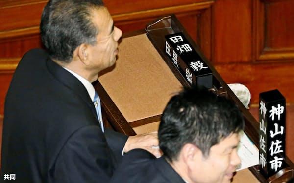 名札が倒れたままの田畑毅衆院議員の議席。辞職願が許可された=1日午後、衆院本会議場(共同)