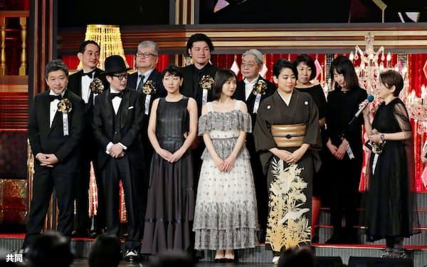 第42回日本アカデミー賞で最多8部門で最優秀賞を受賞した「万引き家族」の出演者ら。前列左端は是枝裕和監督(1日、都内)=共同