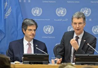 国連安保理共同議長として記者会見するフランスのドラトール国連大使(左)とドイツのホイスゲン国連大使=国連提供・AP