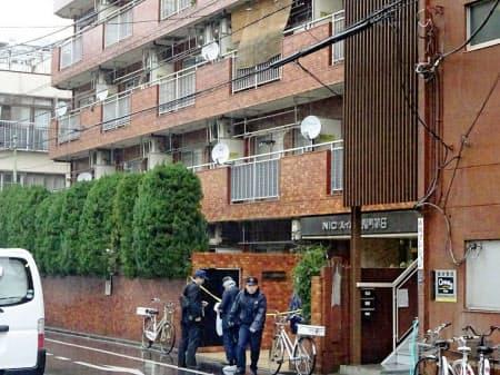 高齢女性が手足を縛られ死亡しているのが見つかった現場のマンション(28日午後、東京都江東区)=共同