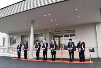 熊本県益城町で給食センターが再建され、テープカットする関係者ら(2日午前)=共同