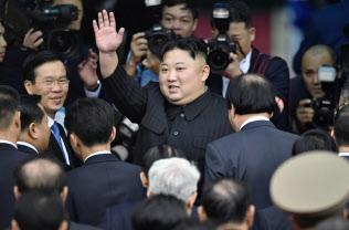 2日、ベトナム北部ドンダン駅に到着し、見送りの人に手を振る北朝鮮の金正恩朝鮮労働党委員長=共同
