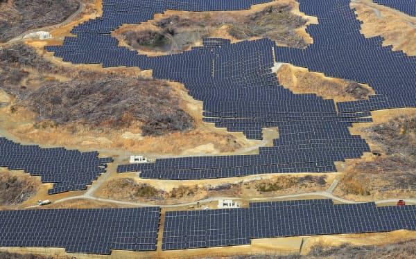 福島第1原発事故の影響で廃業したゴルフコース上に設置された太陽光発電パネル(1日、福島県富岡町)
