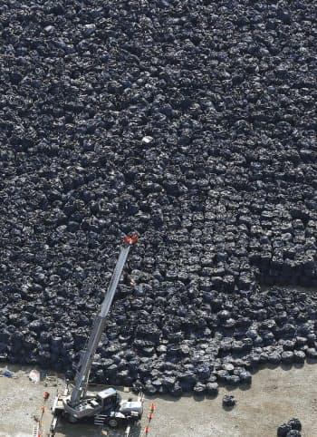 仮置き場に山のように積まれた除染廃棄物(1日、福島県富岡町)