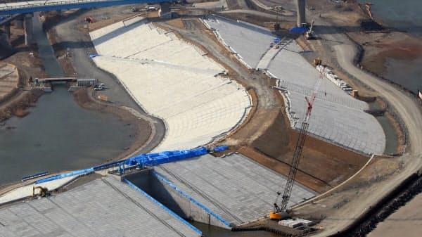 宮城県気仙沼市の小泉海岸で建設が進む巨大防潮堤。高さ14.7メートル、幅は約90メートルに及ぶ(2日)