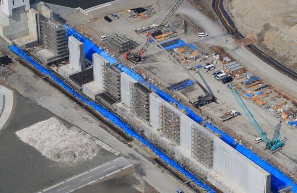 海岸沿いで進む防潮堤の建設工事(2日、岩手県陸前高田市)