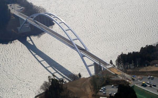 4月7日に開通予定の気仙沼大島大橋(2日、宮城県気仙沼市)