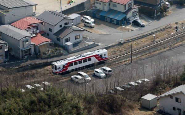 23日に運行を開始する三陸鉄道リアス線。訓練運転の車両が走行していた(2日、岩手県山田町)