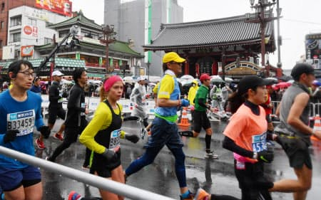 東京マラソンで浅草雷門前を走る市民ランナー(3日、東京都台東区)