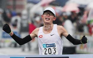 東京マラソン男子、日本人トップの5位でゴールする中央大の堀尾=樋口慧撮影