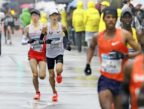 22キロ付近で先頭集団から遅れる(左から)中村匠吾、大迫傑。大迫は29キロ付近で棄権した=代表撮影