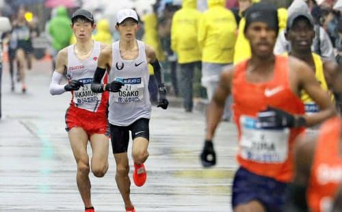 東京マラソン22キロ付近で先頭集団から遅れる(左から)中村、大迫=代表撮影