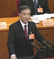 中国の全国政治協商会議の開幕式で活動報告を行う汪洋(ワン・ヤン)政協主席(北京の人民大会堂)