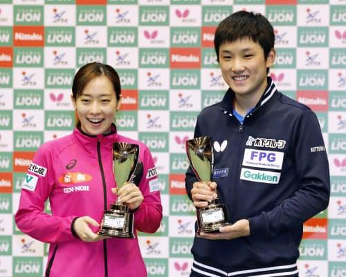 優勝し、トロフィーを手に笑顔の石川佳純と張本智和(3日、カメイアリーナ仙台)=共同