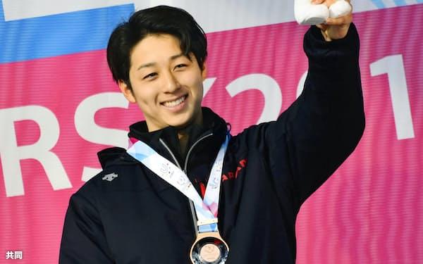 スノーボードクロス男子で銅メダルを獲得し笑顔の高原宜希。日本勢メダル第1号となった(3日、クラスノヤルスク)=共同