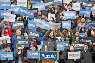 大統領選へ全国遊説を開始したバーニー・サンダース上院議員(2日、米ニューヨーク)=ロイター