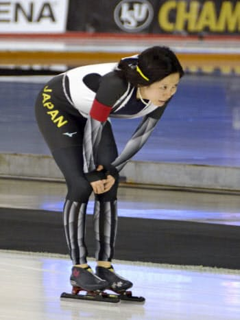 総合2連覇を逃し、うなだれる女子の高木美帆(3日、カルガリー)=共同