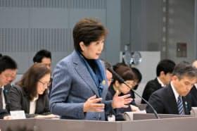 東京都議会の経済・港湾委員会で答弁する小池知事(4日午前、東京・新宿)
