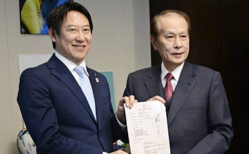 スポーツ庁の鈴木大地長官(左)にUNIVAS設立を報告する鎌田薫会長=共同