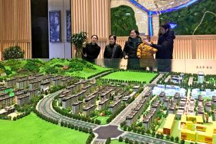 中国では住宅価格の?#37613;嬰?#26223;気を大きく左右?#24037;耄?月4日、陝西省のモデルルーム)=ロイター