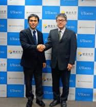 寄付講座の開設を発表、握手する古沢明・東京大学教授(左)と向井孝志・日亜化学工業取締役研究開発本部長