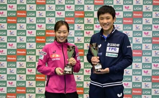 ジャパン・トップ12で優勝した張本(右)と石川はともに世界ランキングで日本勢トップ