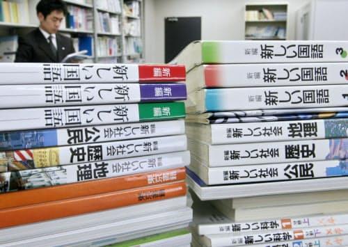 「ゆとり教育」導入後、薄くなった教科書(左)