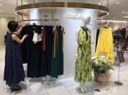 高島屋日本橋店は、女性がパーティーやクルージングなどでドレスアップする商品を充実(東京・中央)
