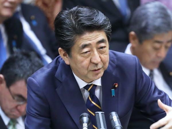 参院予算委で答弁する安倍首相(4日)
