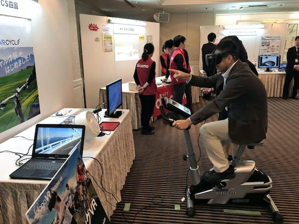 自転車と仮想現実(VR)を組み合わせたドコモCS四国の「サイクリングVR」の展示(4日、松山市)