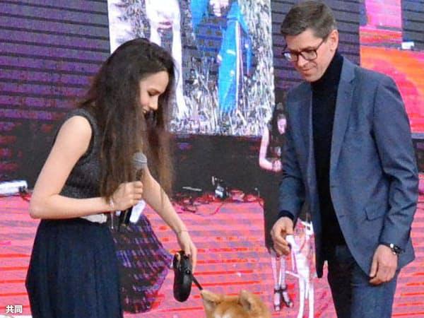 3日、「サクラフェスティバル」に登場したザギトワ選手(左)と愛犬のマサル=共同