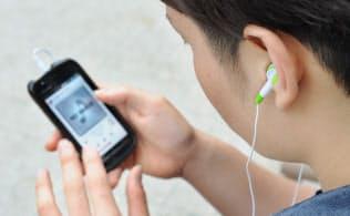 スマートフォンで音楽を聴く人