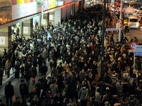 東日本大震災の日、帰宅を急ぐ人たちで混雑する新宿駅(2011年3月11日午後)