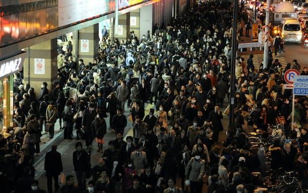 東日本大震災の日、多くの鉄道が止まり帰宅の難しい人が大量に発生した(2011年3月11日午後、東京・新宿)