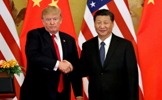 米国のトランプ大統領(左)と中国の習近平国家主席は貿易戦争?#25991;?#24341;きを急ぐが…=ロイター