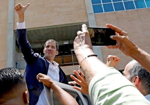 4日、カラカスの空港に到着し支持者の声援に応えるベネズエラのグアイド国会議長=ロイター