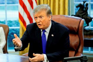 トランプ米大統領の不正疑惑が相次いで発覚している(2月下旬、ワシントン)=ロイター