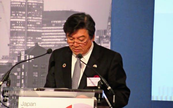 日本証券サミットであいさつする日本証券業協会の鈴木茂晴会長(4日、ロンドン)