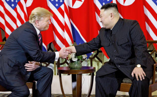 トランプ米大統領は春の米韓合同軍事演習の打ち切りを米朝首脳会談よりも前に決めていたと説明した(2月27日、ハノイ)=AP